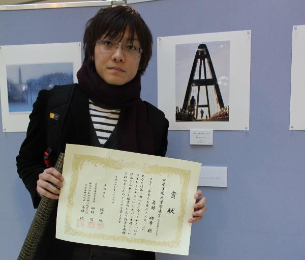 2015フォトコン若林君と作品前で(縦) (3)